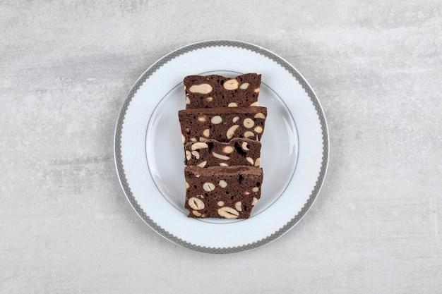 プレート、大理石のテーブルに自家製チョコレートブラウニー。