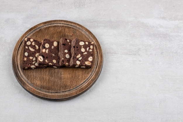 대리석 테이블에 나무 접시에 수 제 초콜릿 브라 우 니.
