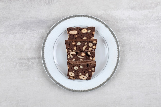 Brownie al cioccolato fatti in casa su un piatto, sul tavolo di marmo.