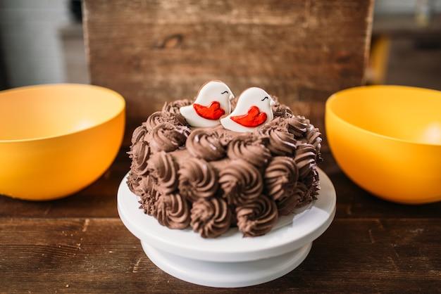 釉薬のクッキーで飾られた自家製チョコレートケーキ。