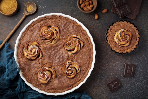 어두운 콘크리트에 프랜지 페인과 사과 꽃으로 만든 수제 초콜릿 케이크