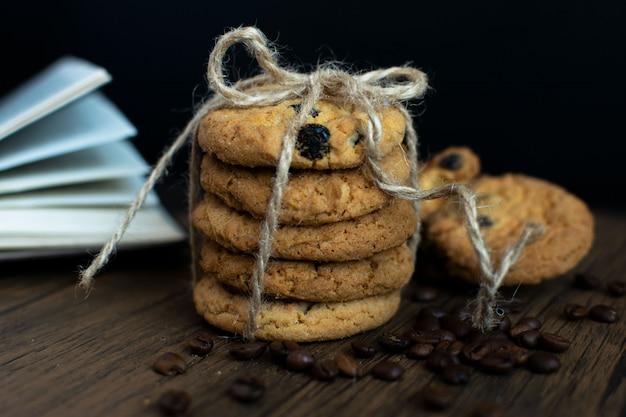 自家製チョコレートチップクッキー、本、コーヒーの穀物。