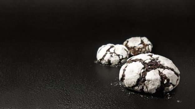 自家製チョコレートクッキー。粉砂糖のチョコレートブラウニークッキー
