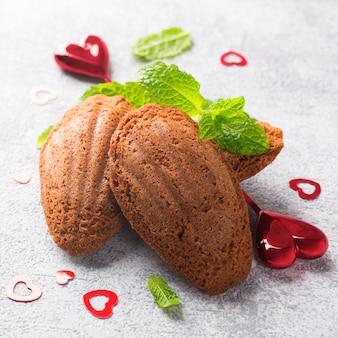 ミントとバレンタインデーの装飾が施された自家製チョコレートクッキーマドレーヌ。休日の食べ物