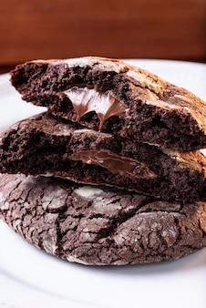 プレート上の自家製チョコレートクッキー