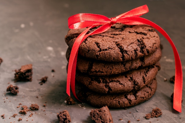 黒い背景に亀裂と自家製チョコレートクッキー。