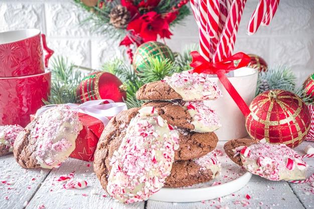 화이트 초콜릿과 사탕 지팡이 비트에 담근 수제 초콜릿 금이 간 브라우니 쿠키