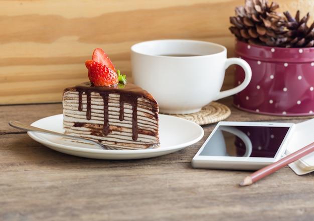 Домашний шоколадный кремовый торт с взбитыми сливками с темным шоколадом.