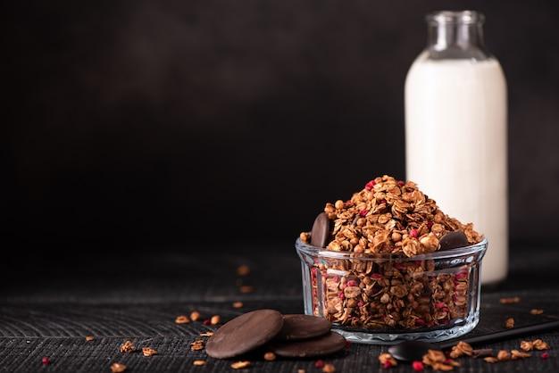 牛乳と自家製チョコレートグラノーラ