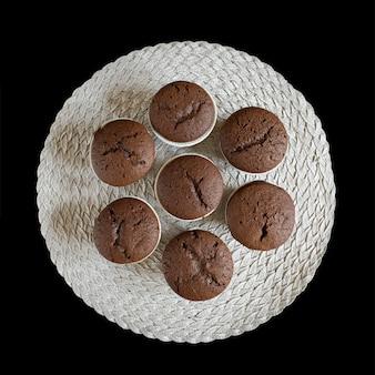 黒の背景に自家製チョコレートのマフィン