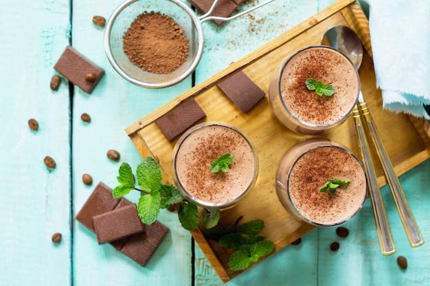 Домашний шоколадно-ореховый мусс на деревянном столе
