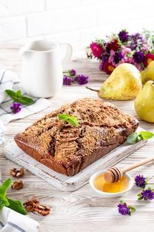 自家製チョコレート梨ケーキ。素朴な木製の背景に熟した梨