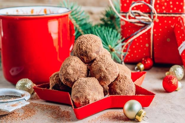 クリスマスの背景に自家製チョコレートトリュフキャンディボール。セレクティブフォーカス