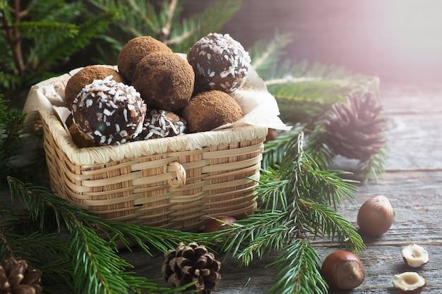 상자에 코코아와 코코넛으로 만든 초콜릿 트뤼플. 크리스마스 컨셉