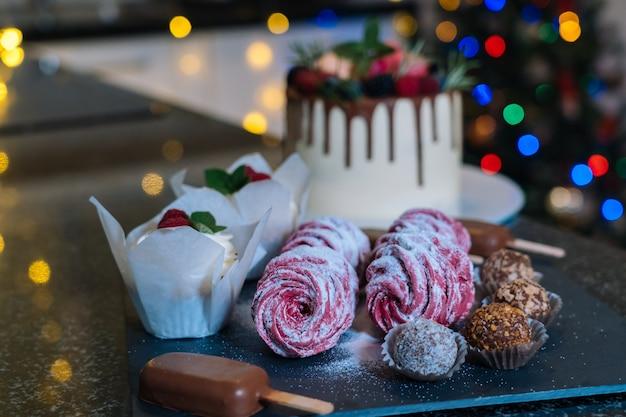 自家製クリスマス焼き菓子の盛り合わせ。明けましておめでとうとメリークリスマスの背景。冬