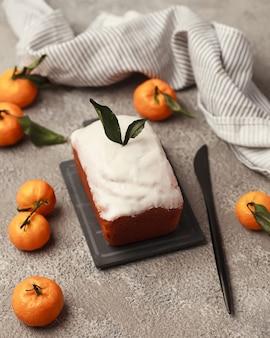 축제 테이블에 만든 크리스마스 케이크 파이
