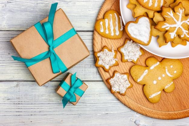木製のテーブルに自家製のクリスマスクッキーのクリスマスプレゼント