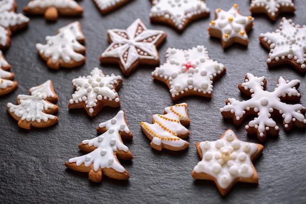 スレートの背景に自家製のクリスマスクッキー
