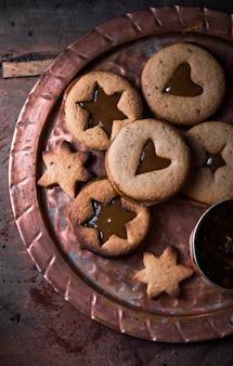 Домашнее рождество новый год в форме звезды карамель печенье на деревянных фоне. плоская планировка, пространство.