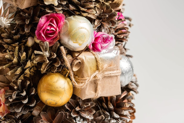 Самодельная елка из шишек, елочных игрушек и подарков - украшение на рождество