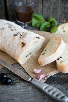 素朴な背景にオリーブと自家製チャバタパン
