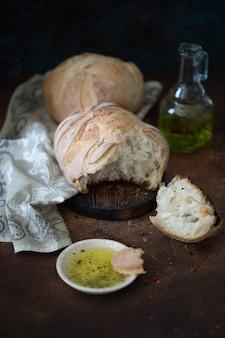 自家製チャバタとオリーブオイルペッパーと塩の高品質の写真