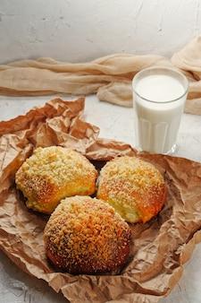 自家製シナモンロールと牛乳の有機村の健康食品のコピースペースをテキストなしで...