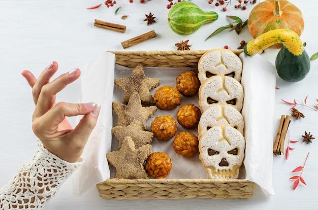 自家製シナモンクッキー、クラフトエコフレンドリーボックスに入った甘いスカルビスケット。 diyスイーツハロウィン