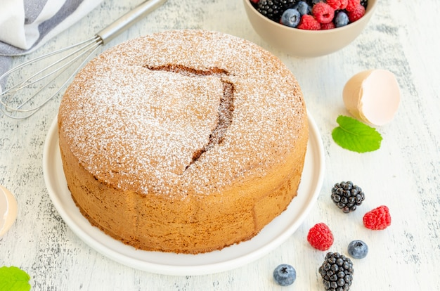 Домашний классический ванильный бисквит или бисквит, посыпанный сахарной пудрой