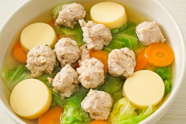 Домашний прозрачный суп с тофу и фаршем из свинины