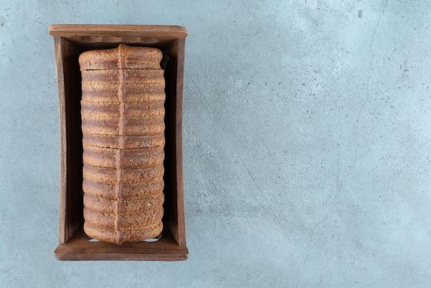 나무 상자에 홈메이드 코코아 케이크입니다.