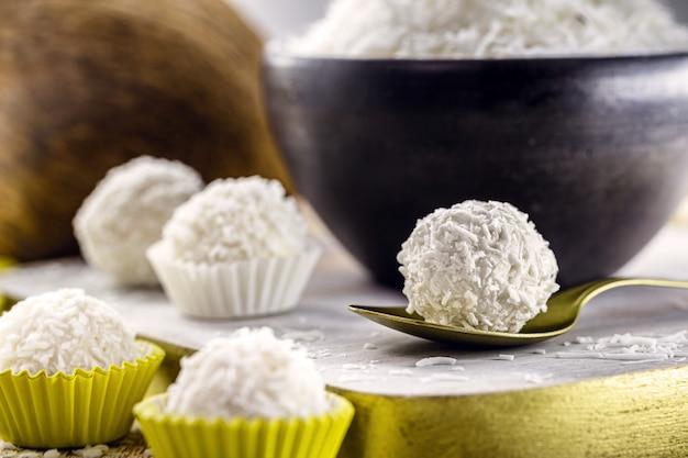 自家製ココナッツキャンディー、ココナッツミルクで作られたシュガーレスホワイトココナッツボール、ビーガンスイート