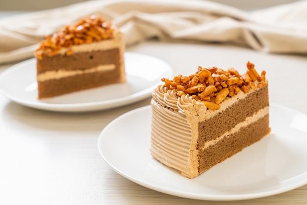 Кусочки домашнего кофейного миндального торта на белой тарелке