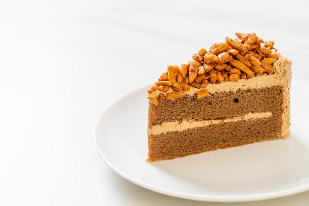 흰색 접시에 수 제 커피 아몬드 케이크
