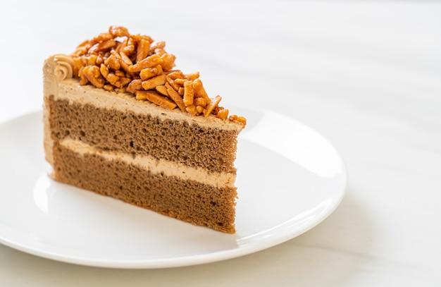 白いプレートに自家製コーヒーアーモンドケーキ