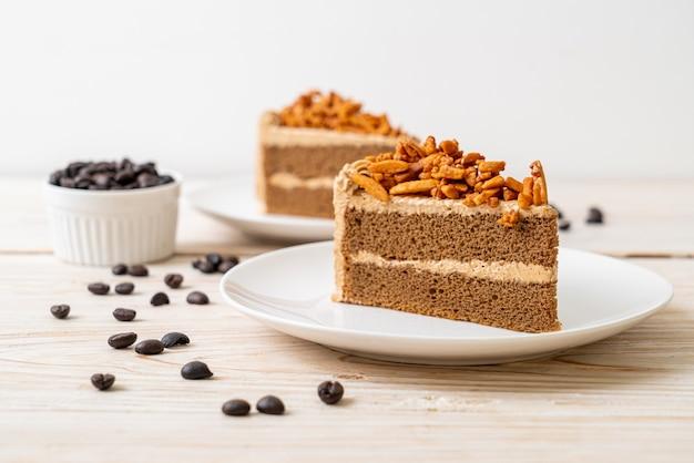Домашний кофейный миндальный торт на белой тарелке