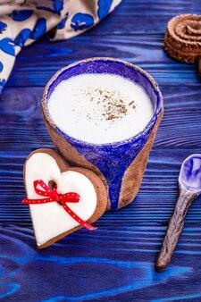 セイロンシナモンとハート型のジンジャーブレッドを使った自家製コーヒーラテ