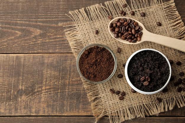 Домашний кофейный скраб в белой баночке для лица и тела и различные ингредиенты для приготовления скраба.