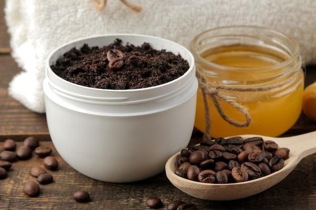 수제 커피 스크럽을 흰색 항아리에 담아 얼굴과 몸에 바르고 스크럽을 만들기위한 다양한 재료를 사용합니다.