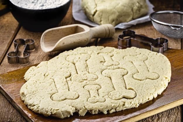 犬のおやつ用の自家製クッキー生地、オーガニック製品で作られたペットビスケット
