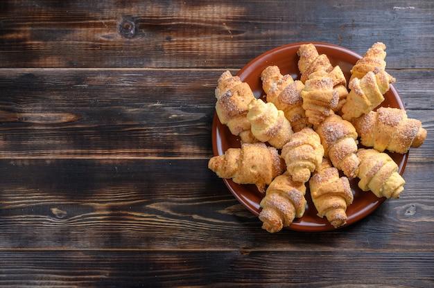 茶色の木製の表面にカッテージチーズ生地の自家製クッキーベーグル上面図素朴なスタイル