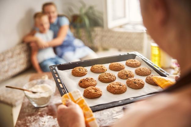 사랑하는 아이들을 위해 오븐에서 갓 나온 수제 쿠키