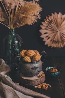 수제 쿠키 너트-빈티지 항아리에 농축 우유와 함께 oreshki.