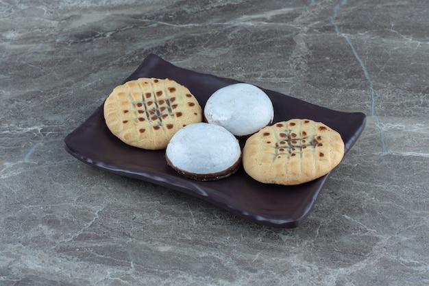 自家製クッキーo茶色のプレート。ホワイトチョコレート。