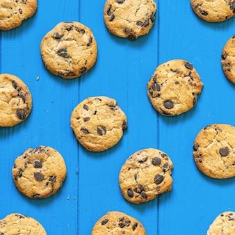 青い木製のテーブルに自家製クッキー