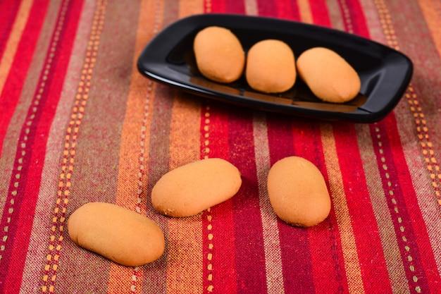 세라믹 접시에 수제 쿠키