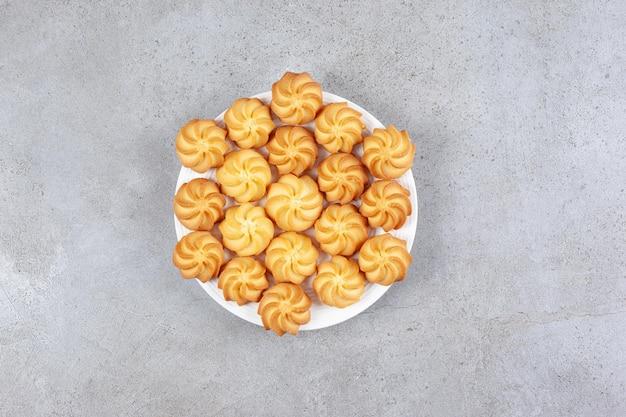 Домашнее печенье на тарелке на мраморном фоне. фото высокого качества