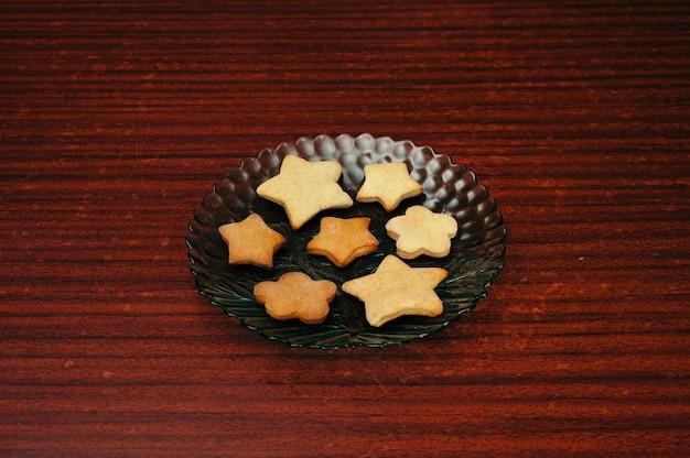 Домашнее печенье на кухонном столе крупным планом
