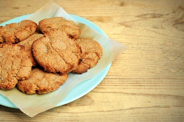 テーブルの上の自家製クッキーのクローズアップ