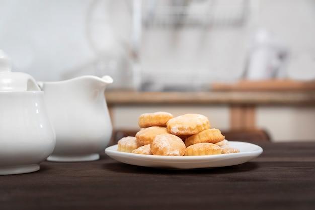Самодельное печенье на деревянном кухонном столе. выпечка к чаю.